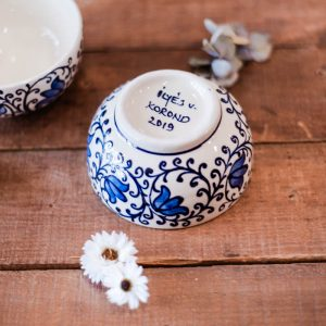 bols blancs tulipes bleues
