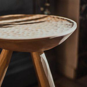 tabouret en bois taillé à la main
